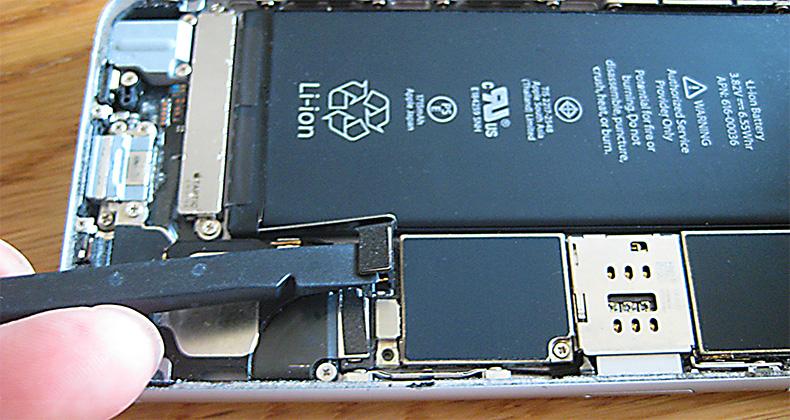 スパッジャーの平側でバッテリーケーブルを取り外す