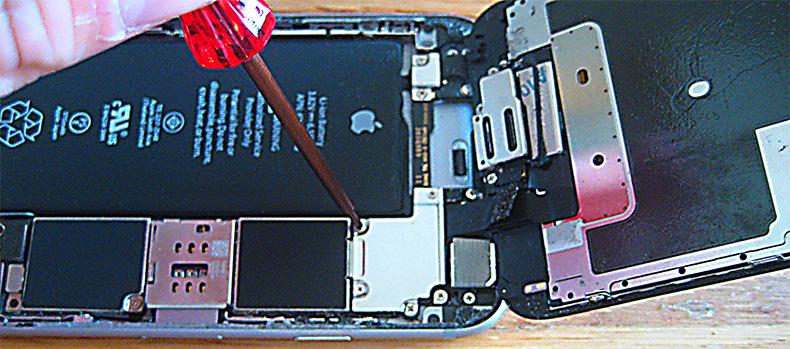 液晶画面ケーブル、デジタイザとロジックボードを接続しているケーブルを取り外していきます