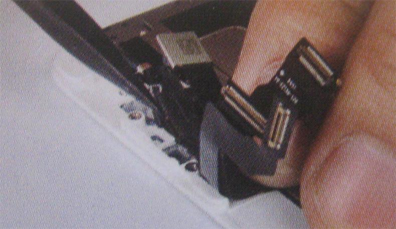 プラスチック製のスパッジャーでフロントカメラ、感応点×2、フロントマイクケーブルを取り外す